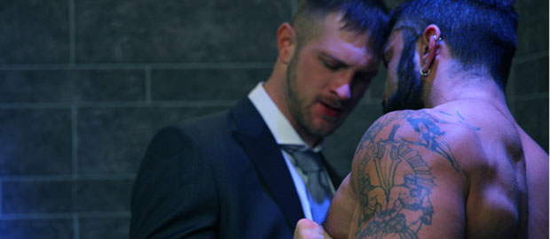 "Photo of [Men At Play] Rogan Richards machaca en el servicio a Paul Wagner en ""TUXDUP"""