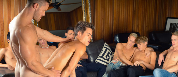 "Photo of [Helix Studios] Landon Conrad se folla a Andy Taylor delante de sus amigos en ""Man On Twink: The Lunch Date"""