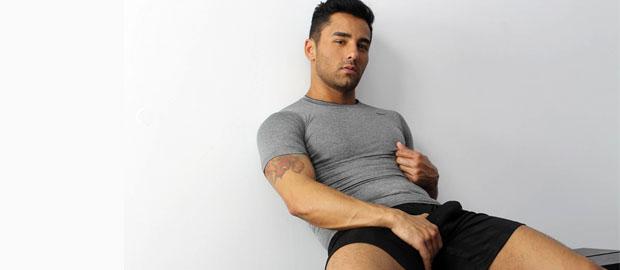 Photo of [UKHotJocks] Bruno Bernal juega con su rabo y un dildo negro gigante en los vestuarios