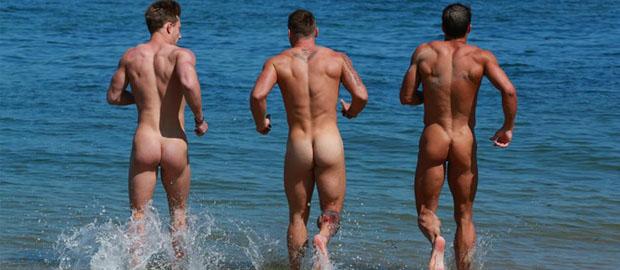 Photo of Los chicos de English Lads y Fit Young Men se desnudan en la playa para el Calendario 2015