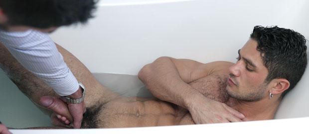 """Photo of [Men At Play] Axel Brooks le coge el rabo a Dato Foland en el baño en """"Tub Rub"""""""