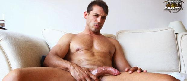 Photo of [Lucio Saints] El madrileño hetero Izan Navas se mete un pajote viendo porno en casa