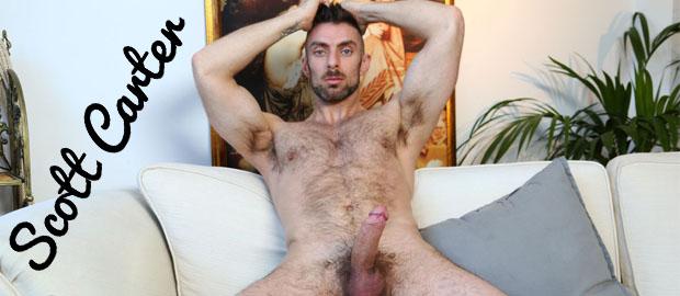 """Photo of [Lucio Saints] Scott Carter regresa al porno gay machacándose la polla en """"The Return"""""""