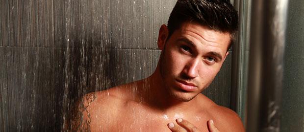 Photo of Juan Carlos León de Mujeres y Hombres y Viceversa desnudo en la ducha fotografía por Gert Kist