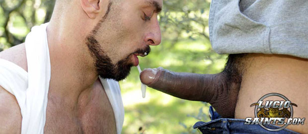 "Photo of [Lucio Saints] Lucio Saints le folla y le lefa la boca y el culo a Scott Carter de cruising en ""Sex In The Forest 2"""