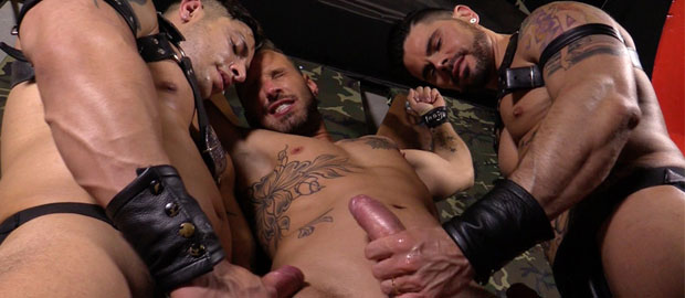 Photo of [Hard Kinks] Julio Rey y Mario Domenech rasuran a Antonio Miracle y se lo follan a dobles