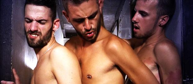 Photo of [FuckMeBoys] Abraham Montenegro, Izan Loren y Ricky Ruiz hacen el trenecito metiéndose los rabos en un estrecho pasillo