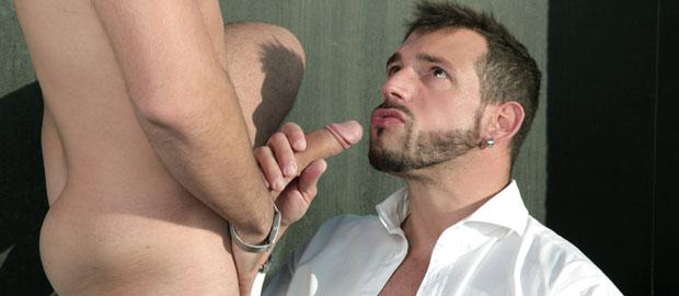 Photo of [Men At Play] El macho Enzo Rimenez se folla a Robbie Rojo en una terraza con vistas al mar