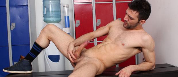 Photo of [UK Hot Jocks] Nathan Raider se hace un pajote en los vestuarios del gimnasio