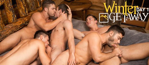 Photo of [Sean Cody] WINTER GETAWAY Day 1: Lane, Brodie, Joey, Tanner y Rowan se montan una orgía a pelo sobre la cama gigante de la cabaña