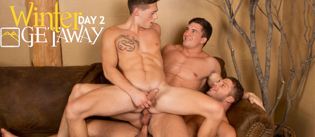 Photo of [Sean Cody] WINTER GETAWAY Day 2: Joey y Brodie se follan por turnos a Lane sin condón en la estrecha ducha de la cabaña