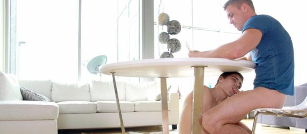 Porno gay por debajo de la mesa