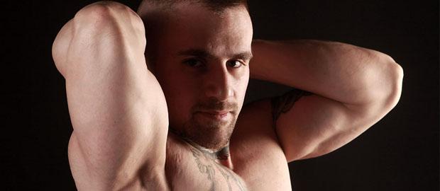Photo of Carlos se baja los gayumbos de cuero para el fotógrafo Gert Kist