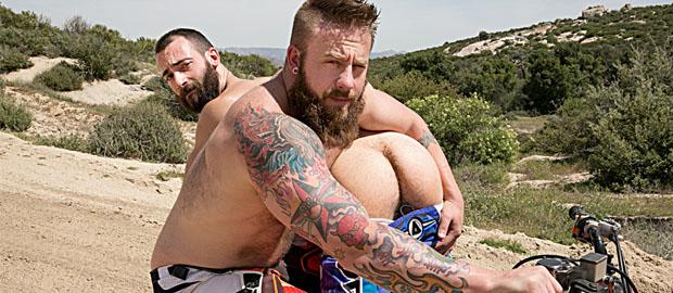 Photo of [BROMO] Dirty Rider Parte 1: Los barbudos Aaron Bruiser y Stephen Harte se pegan el lote follando sin condón en la moto