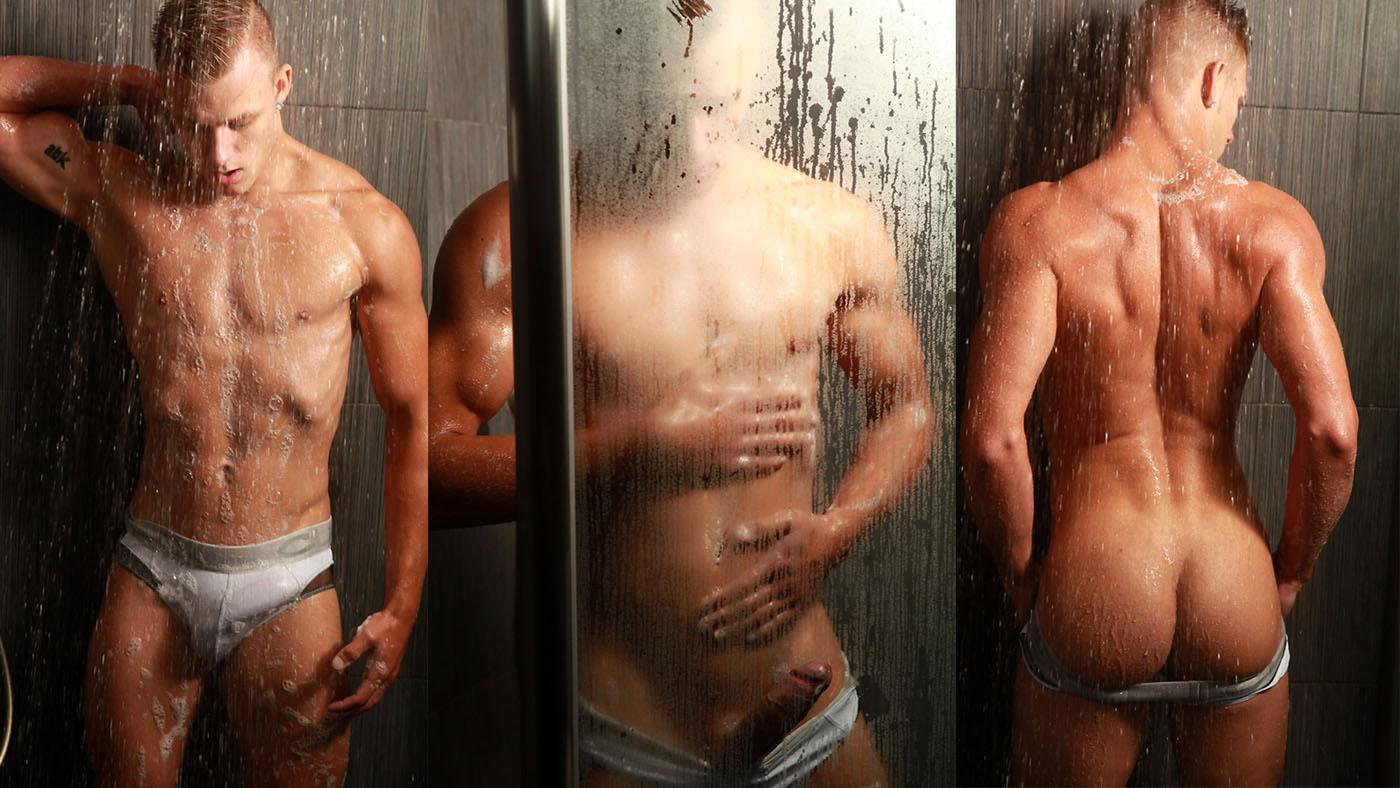 Photo of Hennie el guapo modelo rubito se ducha en calzones y se saca su grandiosa polla