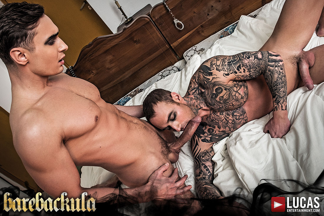 Photo of [Lucas Entertainment] Barebackula Escena 1: Los esclavos Alex Kof y Dylan James se follan a pelo con su conde Barebackula mirando