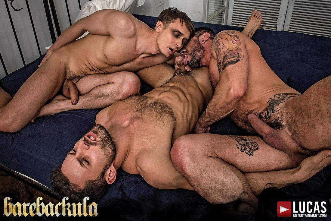 Photo of [Lucas Entertainment] Barebackula Escena 3: Los siervos Mario Domenech y Alex Kof le chupan toda la lefa a James Castle después de follar a pelo