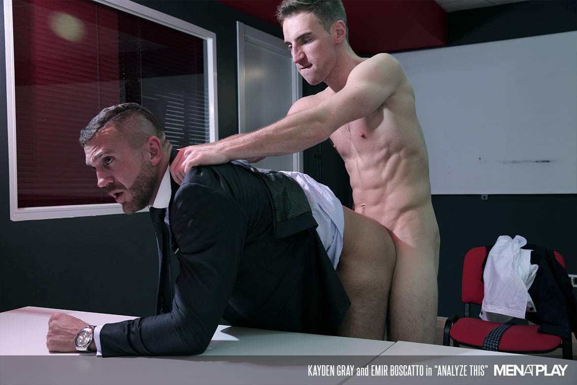 Photo of [Men At Play] Kayden Gray se folla a Emir Boscatto sobre la mesa de interrogatorios
