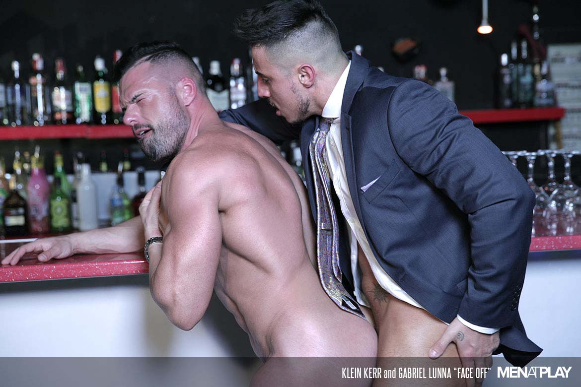 Photo of Klein Kerr se la empotra a Gabriel Lunna en la barra del bar cara a cara | Men At Play