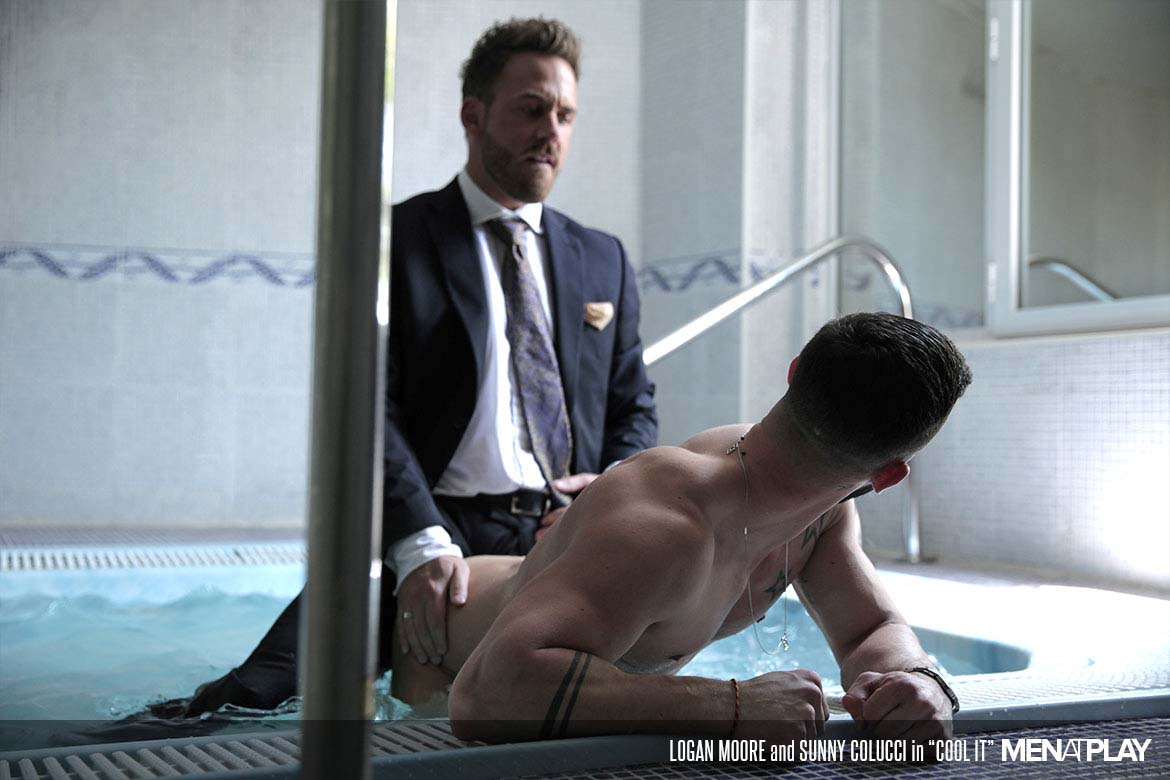 "Photo of Logan Moore le folla el culo a Sunny Colucci dentro de la piscina en ""Cool It"" 