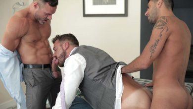 Photo of Manuel Skye y Mick Stallone engañan a Logan Moore y se lo follan a pachas en la oficina | Men At Play