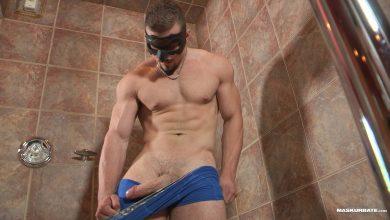 Photo of Tyson destapa su enorme rabo y se casca un pajote en el cuarto de baño | Maskurbate