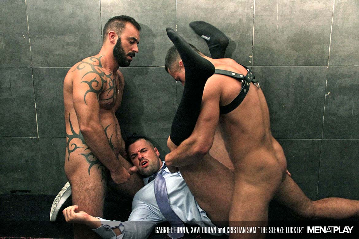 "Photo of Xavi Duran y Cristian Sam se follan a Gabriel Lunna en ""The Sleaze Locker"" 