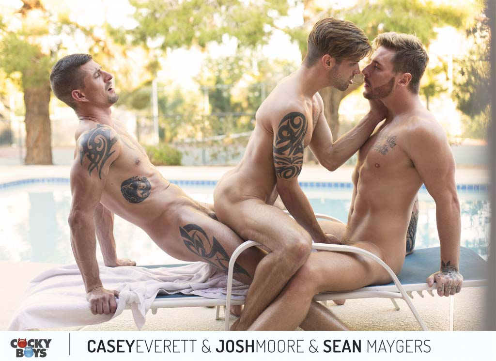 Photo of Josh Moore y Sean Maygers se follan a pachas a Casey Everett y le meten una lluvia de lefa | Cocky Boys