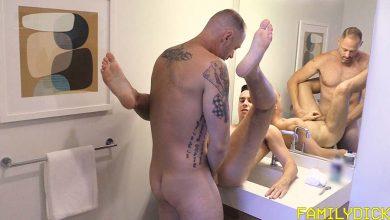 Photo of La Familia Polla: A George Williams se le pone dura enseñando a su hijo Ethan a afeitarse y se lo termina follando en el baño | Family Dick