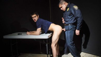 Photo of Controla Ojetes 5: El agente Damien Stone interroga a Johnny Rapid con la polla | MEN