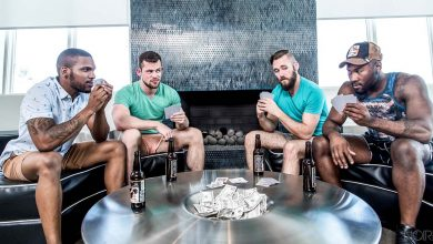 Photo of Strip Poker orgía de rabos con Noah Donovan, Ziggy Banks, Aaron Reese y Kurtis Wolfe | Noir Male