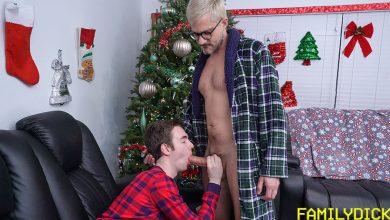 Photo of La Familia Polla: Sher pajea a su hijo y se lo folla sin condón con su gigantesca polla mientras esperan a Papá Noel | Family Dick