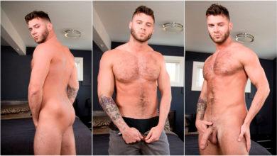 Photo of El guaperas de pelo en pecho James Ray se hace una paja en la cama | Next Door