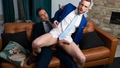Photo of El mayordomo JP Dubois da un masaje a su jefe Logan Moore follándoselo y dejándose follar | Men At Play