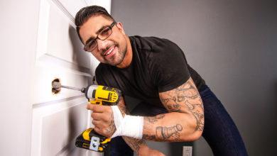 Photo of Ryan Bones hace entrega especial de su dildo realista a Shane Jackson y se lo folla a pelo | MEN