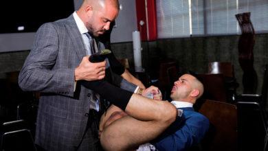 Photo of Bruno Max penetra el culazo de Robbie Rojo con su gordísima pollaza empotrándole contra la barra del bar | Men At Play