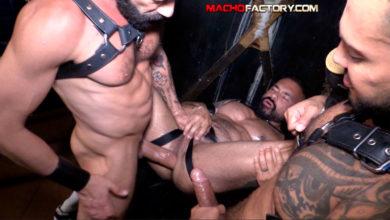 Photo of Viktor Rom y Gianni Maggio destrozan el culazo de Santi Noguera sin condones con sus enormes rabos, le echan unos meos y se corren en su ojete | Macho Factory