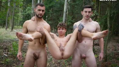 Photo of El jovencito Matthew se va de cruising y termina follado a pelo por los chulazos Vito y James Huck en el bosque | BROMO