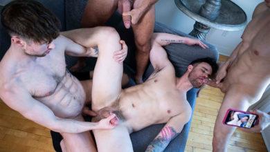 Photo of Drew Dixon, Ethan Chase y Manuel Skye dan rabo y meten un gang bang a pelo a su colega hetero Beau Bridge | MASQULIN