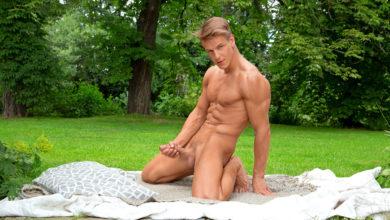 Photo of Roald Ekberg se casca un pajote lechero sobre el césped | Bel Ami Online