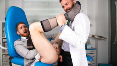 Photo of Leander y Franky Fox hacen un flip-fuck a pelo en la consulta del podólogo | Men At Play