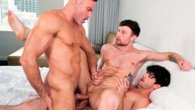 Photo of Cory Kane y Manuel Skye meten doble rabo sin condón a Drew Dixon y se lo follan a pachas hasta correrse en su pandero | Cocky Boys