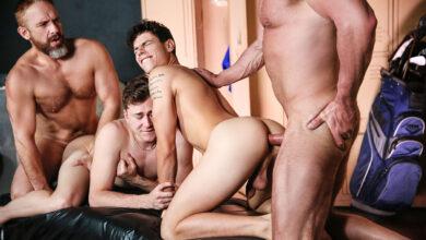 Photo of Kaleb Stryker, Dirk Caber, Zander Lane y Dale Savage montan una orgía sin condones y lechera entre caddys y daddys en los vestuarios | MEN